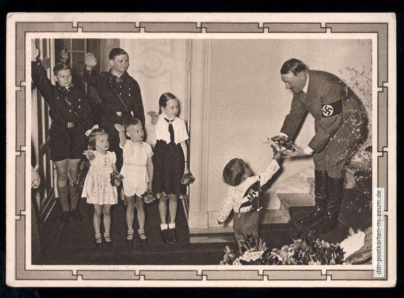 """Kinder und """"Hitler-Jugend"""" gratulieren Adolf Hitler zum Geburtstag - 1935    DDR-Postkarten-Museum"""